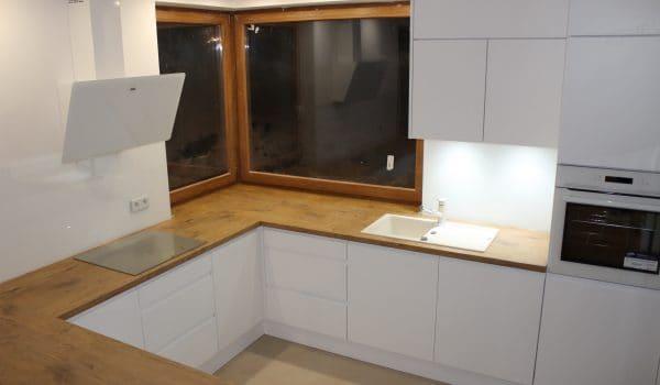 Kuchnia z białym sprzętem AGD.